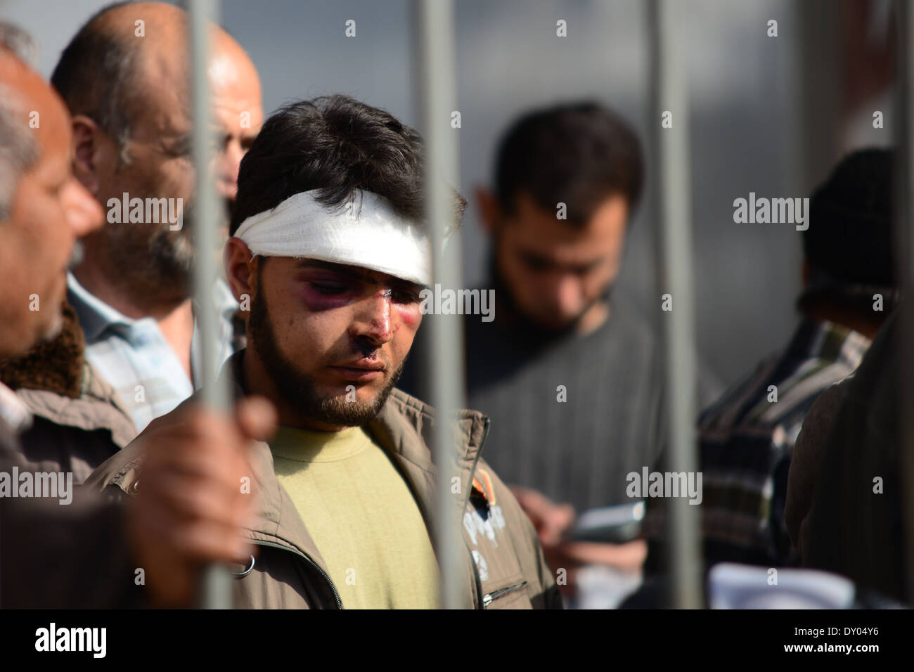 Prisoner of Syrian regime entering Turkye. He was in prison for mor then two months. Now he will live in refugee camp in Turkey. - Stock Image