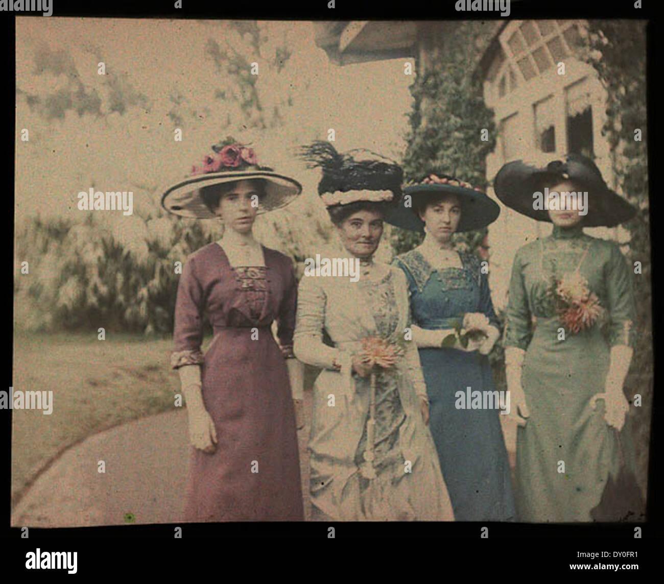 Mary Gullick, Zoe Gullick, Marjory Gullick, Chloe Gullick - outside  Altoncourt, Killara