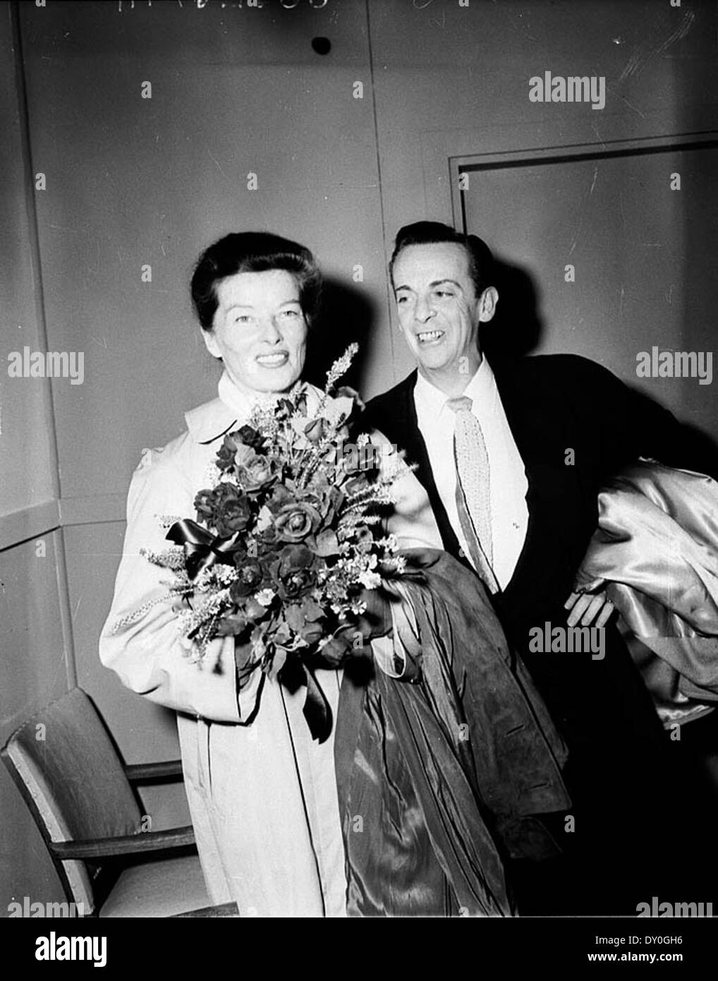 Katharine Hepburn and Robert Helpmann arrive at Kingsford Smith Airport, Sydney, 1955 / Australian Photographic Agency (APA) Collection - Stock Image