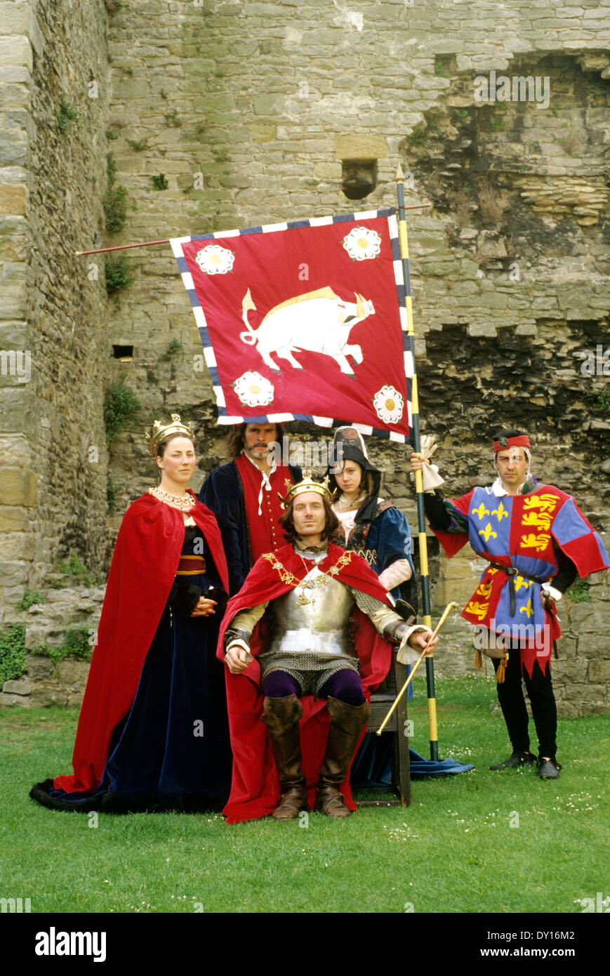 King Richard 3rd Third, medieval late 15th century historical re-enactment, Middleham Castle costume costumes armour armor Yorkshire England UK Boar Boar's Head coat of arms flag banner - Stock Image