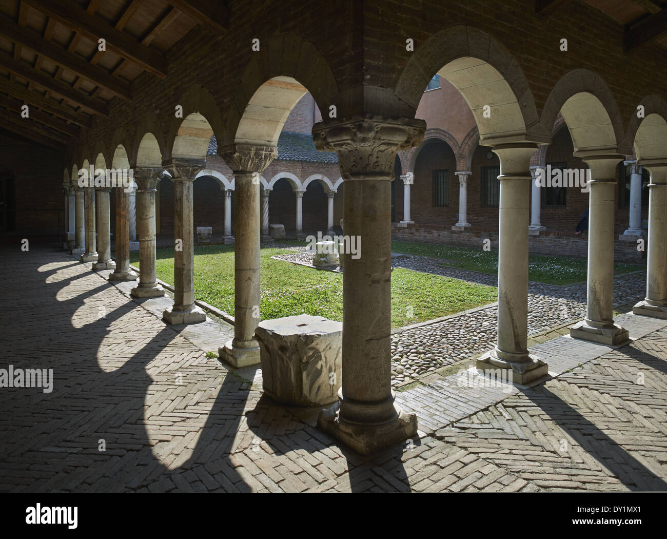 Cloister in the former church of San Romano, now home to the Museo della Cattedrale. 12th-13th century Italian Romanesque - Stock Image