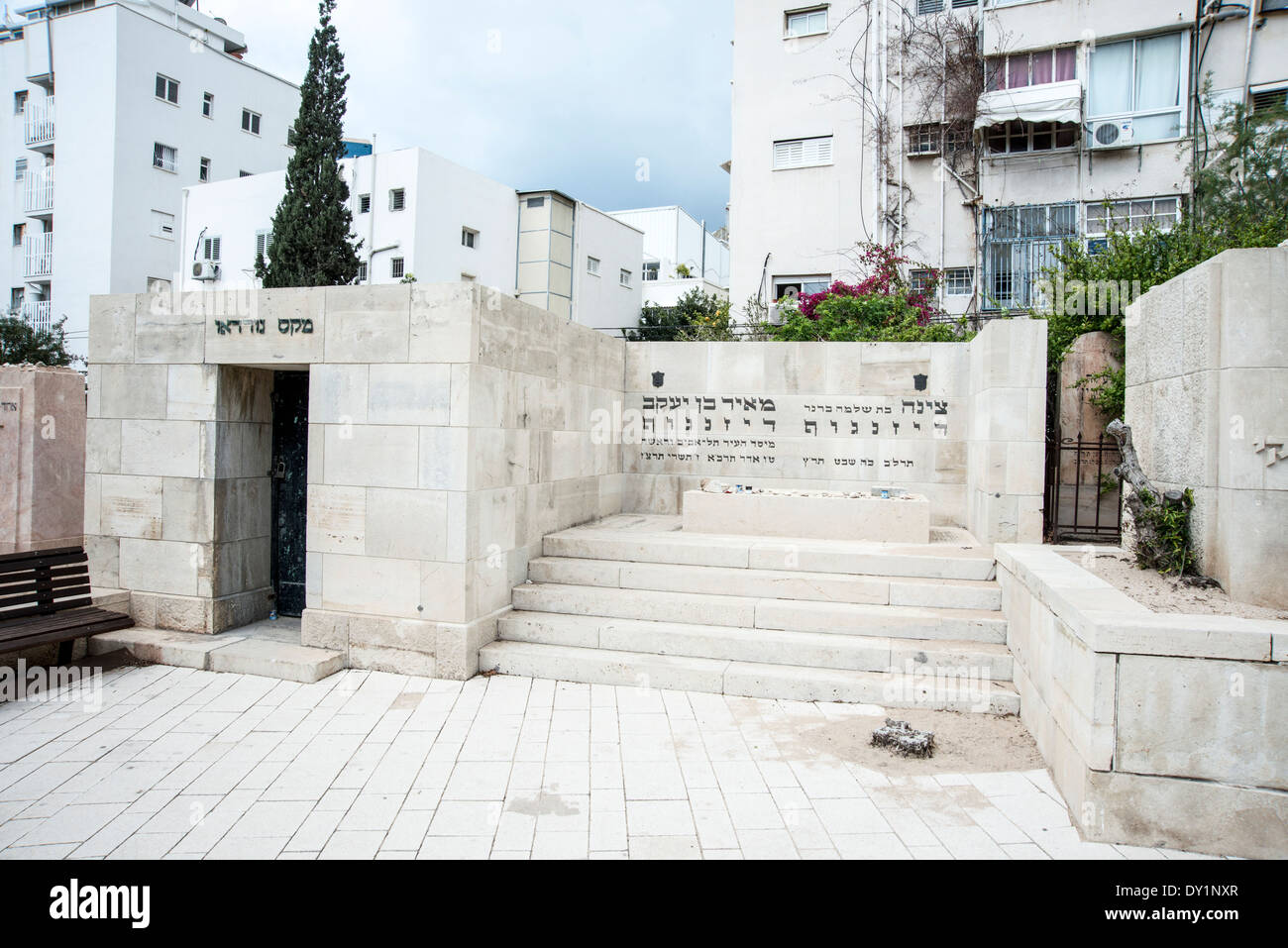 Meir and Zina Dizengoff (right) and Max Nordau (left) in the old cemetery in Trumpeldor street, Tel Aviv, Israel - Stock Image