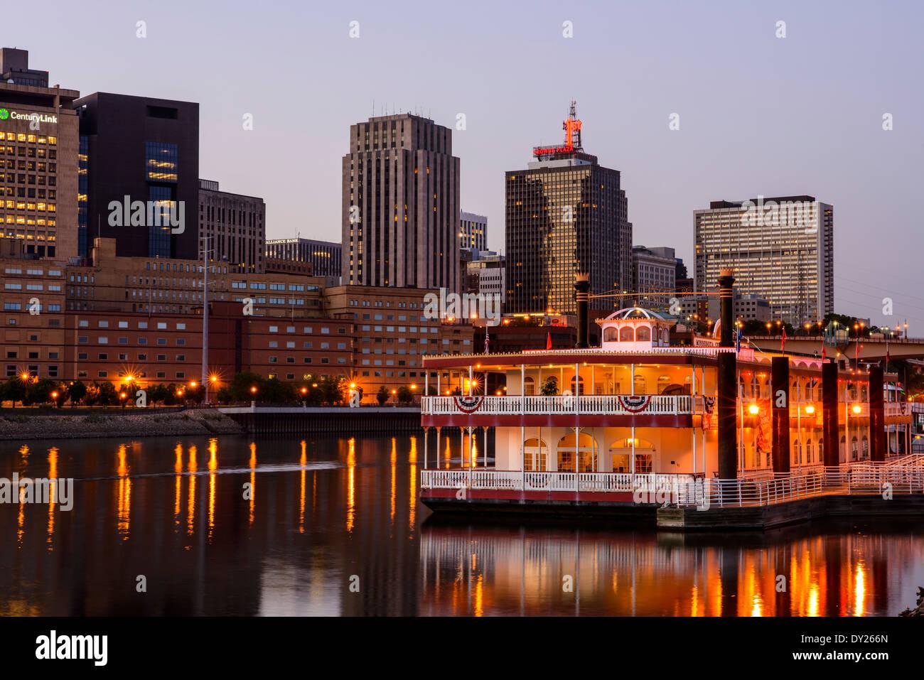 Saint Paul, Minnesota skyline with river boat at dusk. - Stock Image