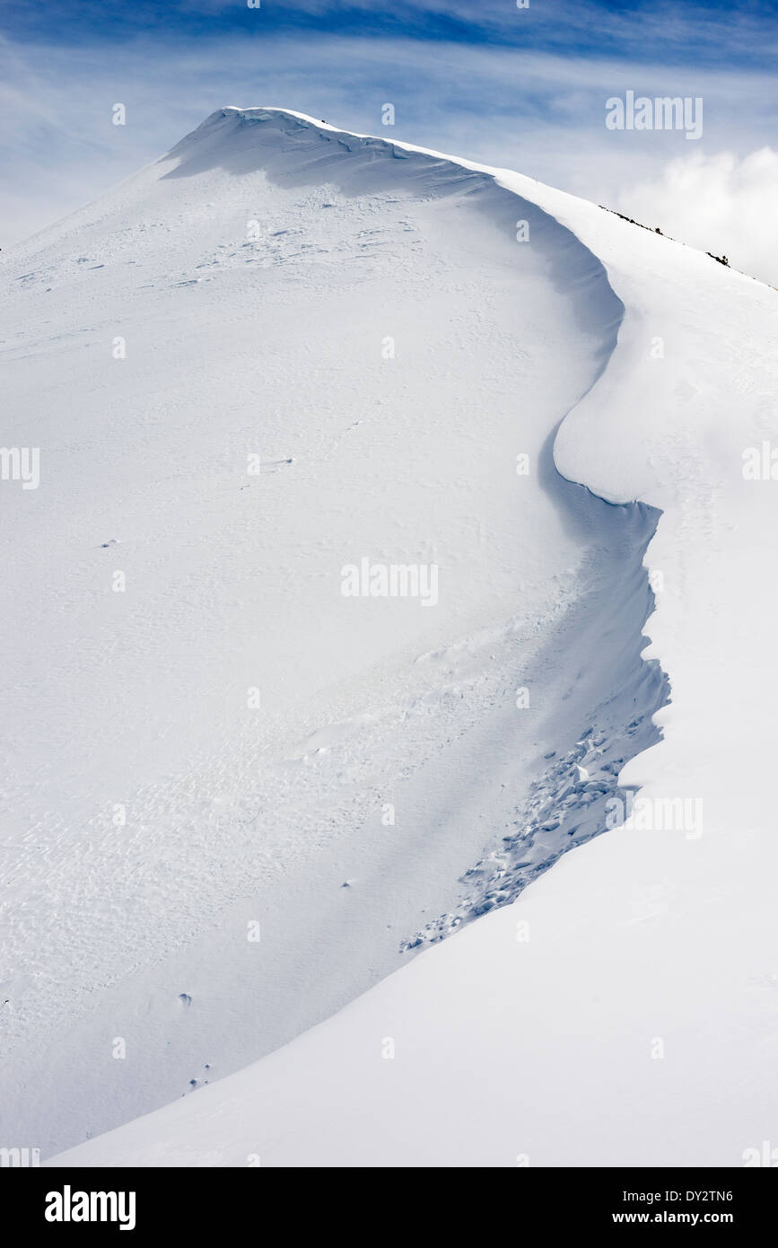 Cornice on a ridge in Oregon's Wallowa Mountains. - Stock Image