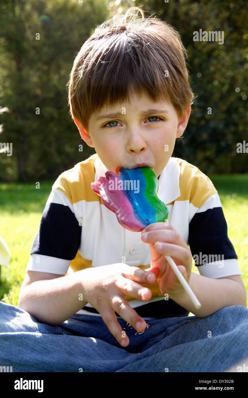 Kleiner Junge leckt Mädchen — bild 12