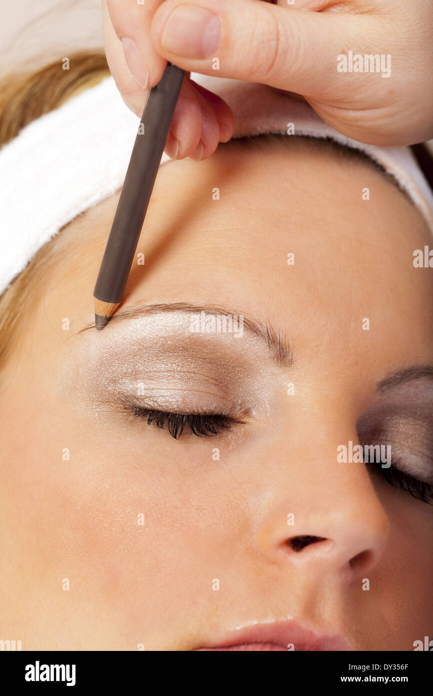 Darkening Eyebrow Stock Photos Darkening Eyebrow Stock Images Alamy