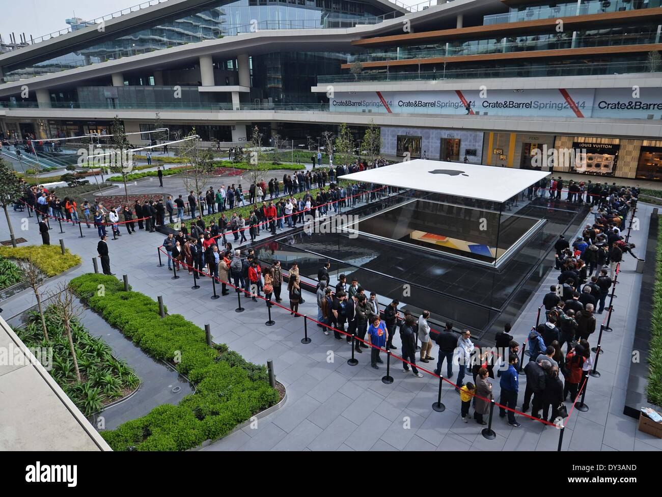 Istanbul, Turkey  5th Apr, 2014  Customers line up to enter the