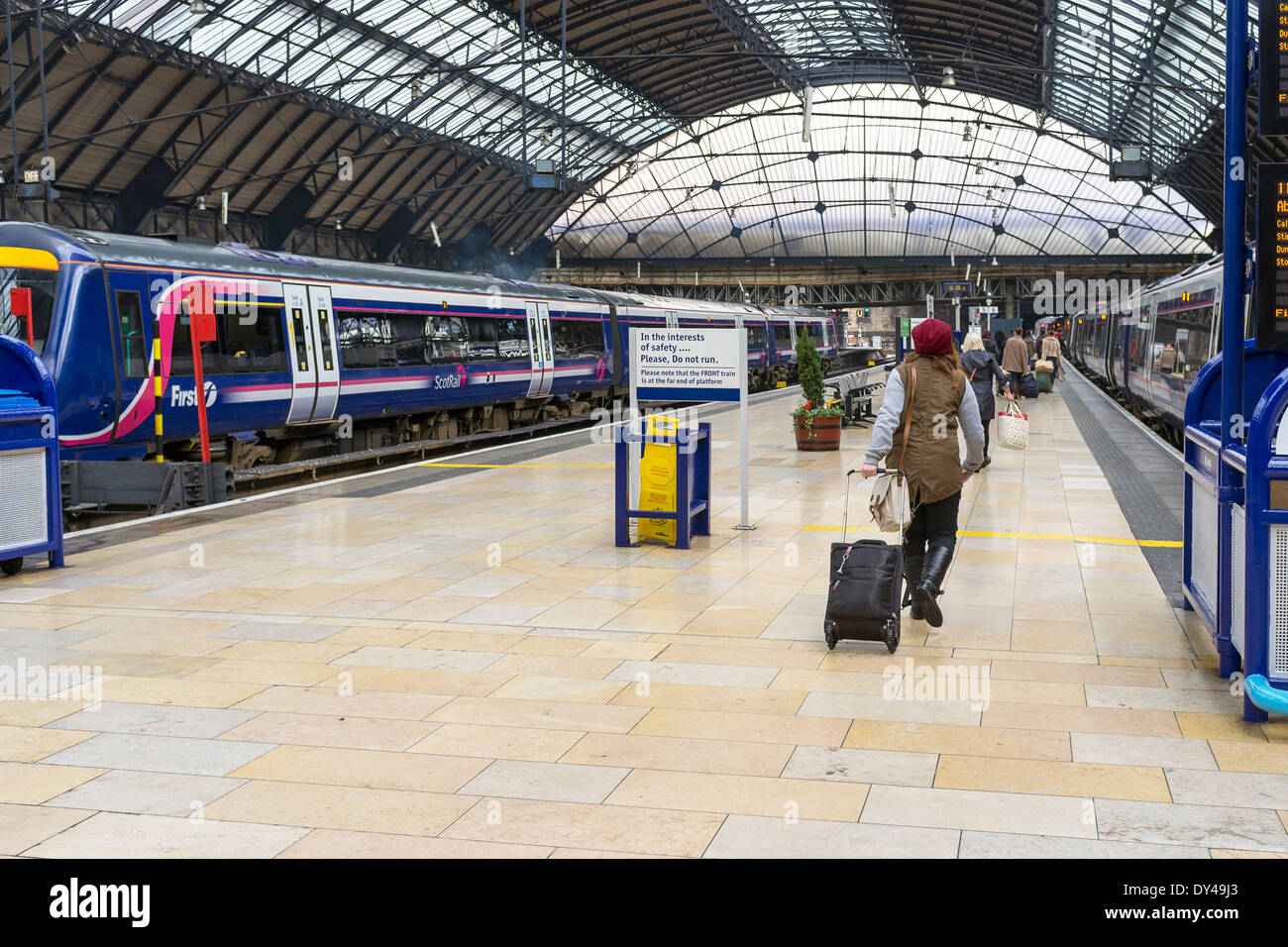 Passengers on the platform at Queen Street Railway Station, Queen Street, Glasgow, Scotland, UK - Stock Image