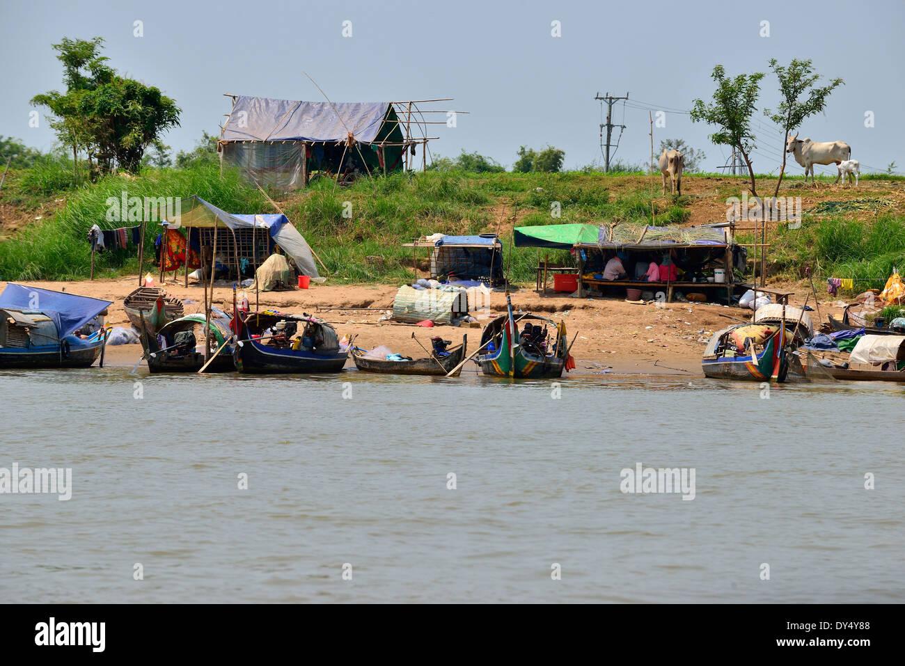 Riverside farmhouses in the dry season on a river to Tonle Sap Lake in between Battambang &Siem Reap, Cambodia,   Asia - Stock Image