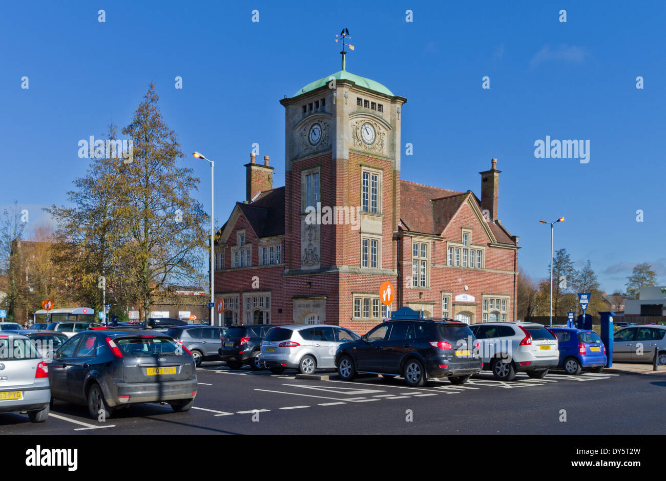 The former cattle market in Market Harborough, now a car park, with the old Settling Rooms in the background - Stock Image