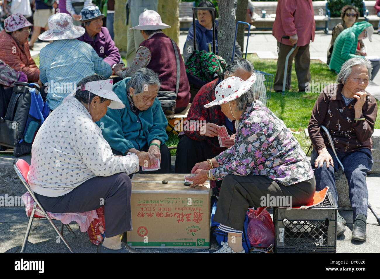 People playing Chinese chess at Portsmouth Square in Chinatown, San Francisco, California, USA - Stock Image