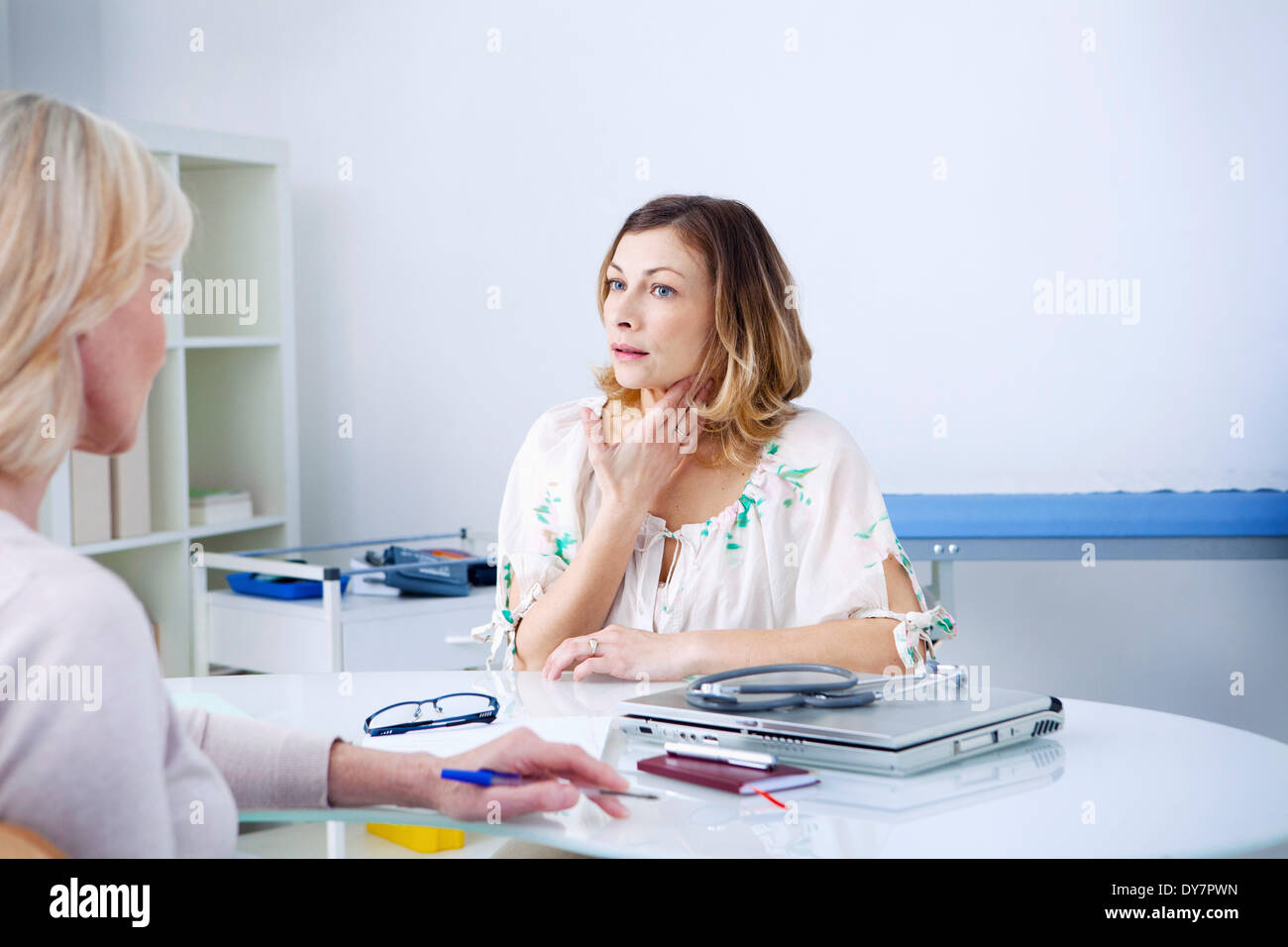 Consultation, woman in pain - Stock Image