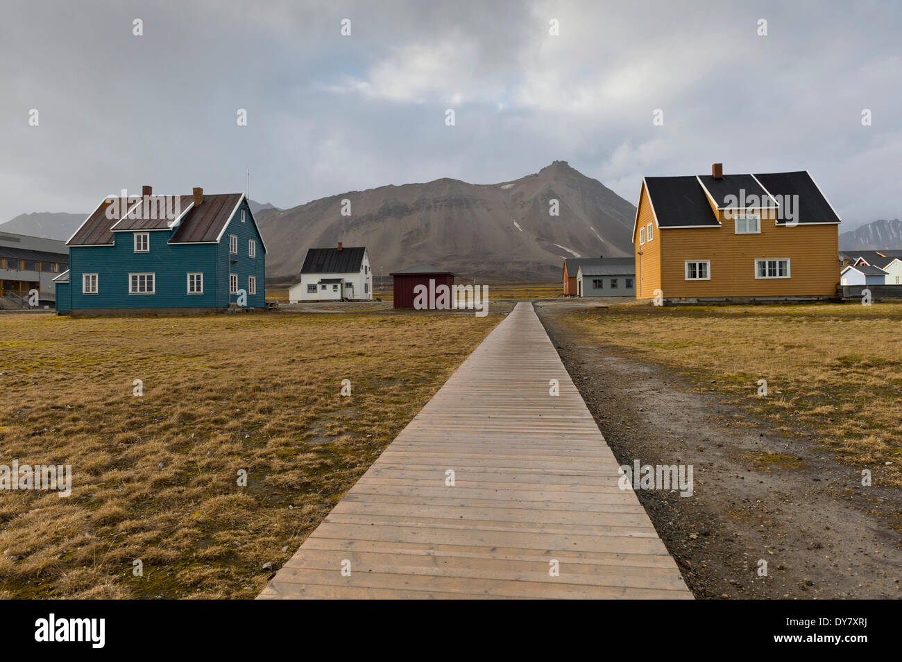 Boardwalk and houses, Ny-Alesund, Spitsbergen, Svalbard Islands, Svalbard and Jan Mayen, Norway - Stock Image