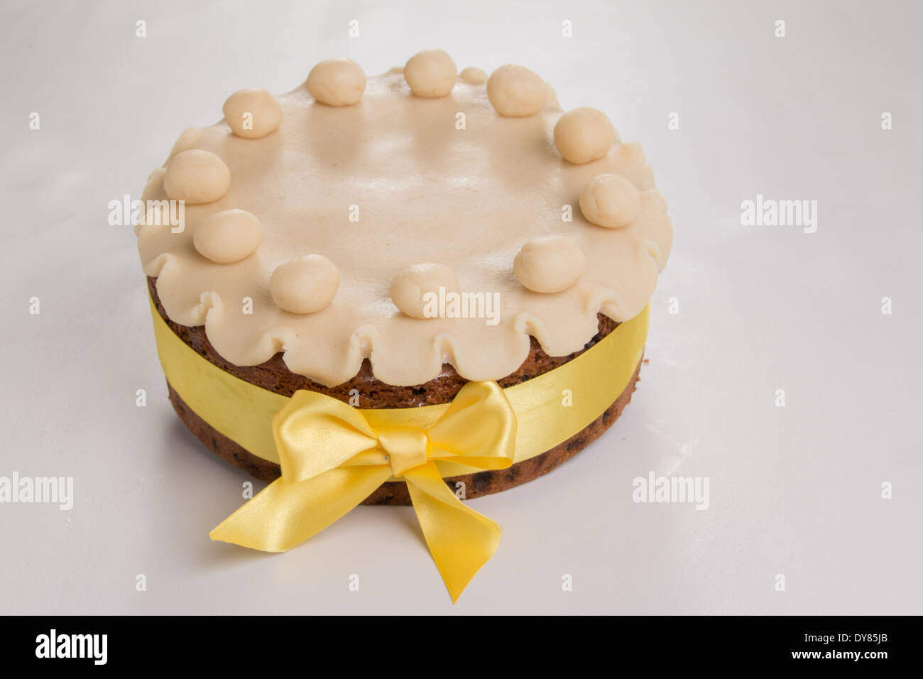 Simnel cake with basic marzipan decoration with a yellow ribbon round it (15 of 35) Stock Photo