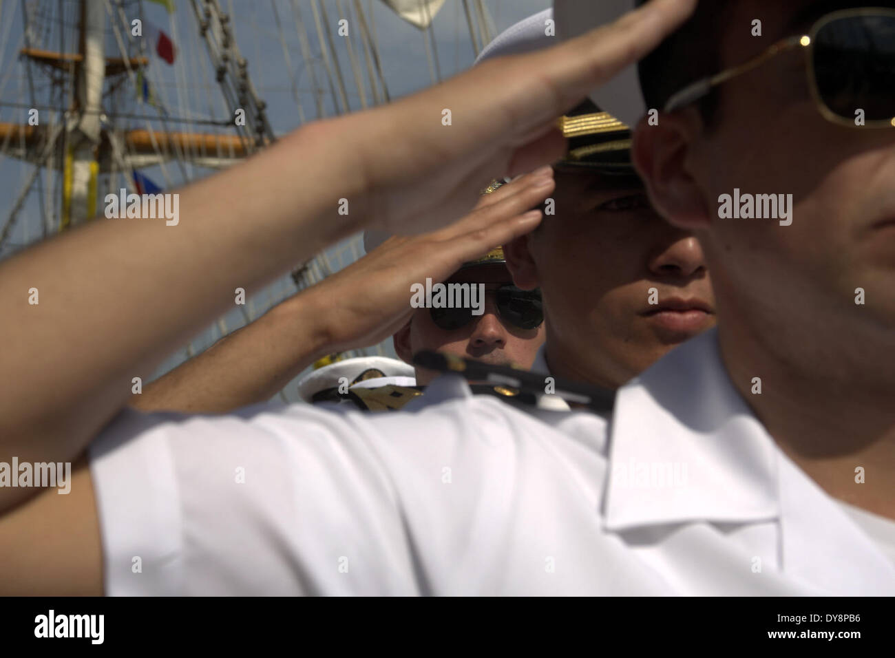 Acapulco Mexico 9th Apr 2014 Crew Members Salute During A Farewell Ceremony