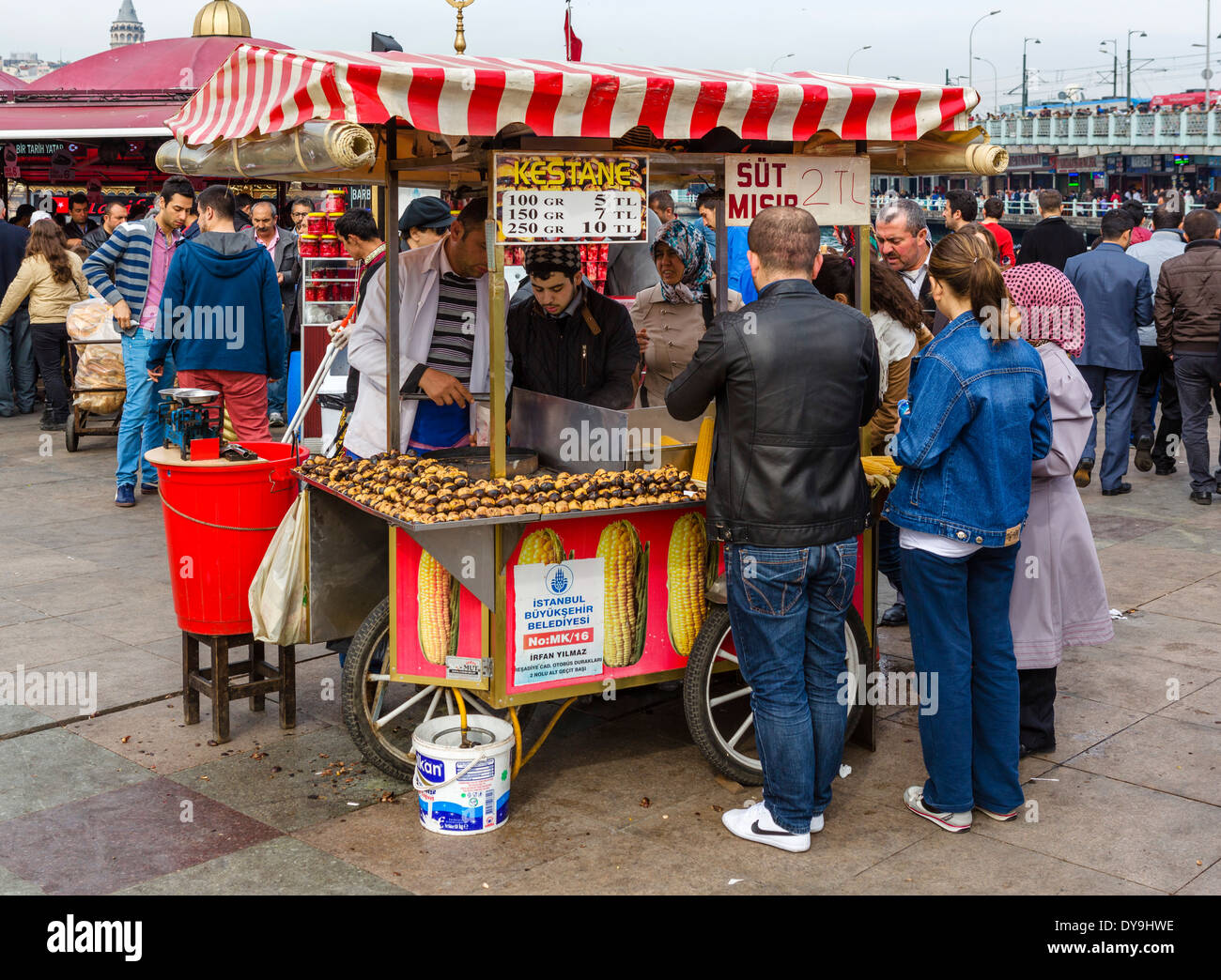 Street vendor selling corn on the cob and roasted chestnuts near the Galata Bridge in the Eminonu district, Istanbul,Turkey - Stock Image