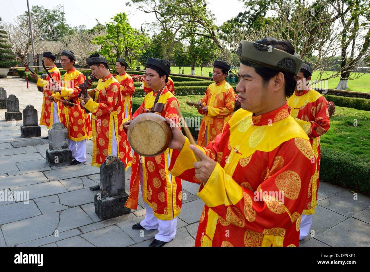 Musicians playing traditional vietnamese musical instruments in the inner court yard at the Thien Mu Pagoda  - Hue , Vietnam - Stock Image
