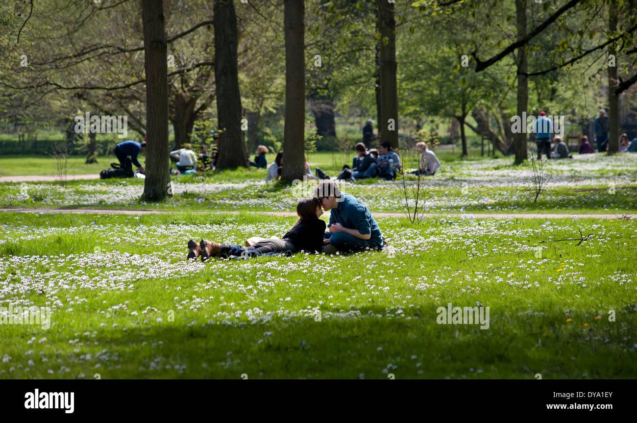 Cambridge, Cambridgeshire, England. 9 April 2014 Students and visitors to the University City of Cambridge enjoy - Stock Image