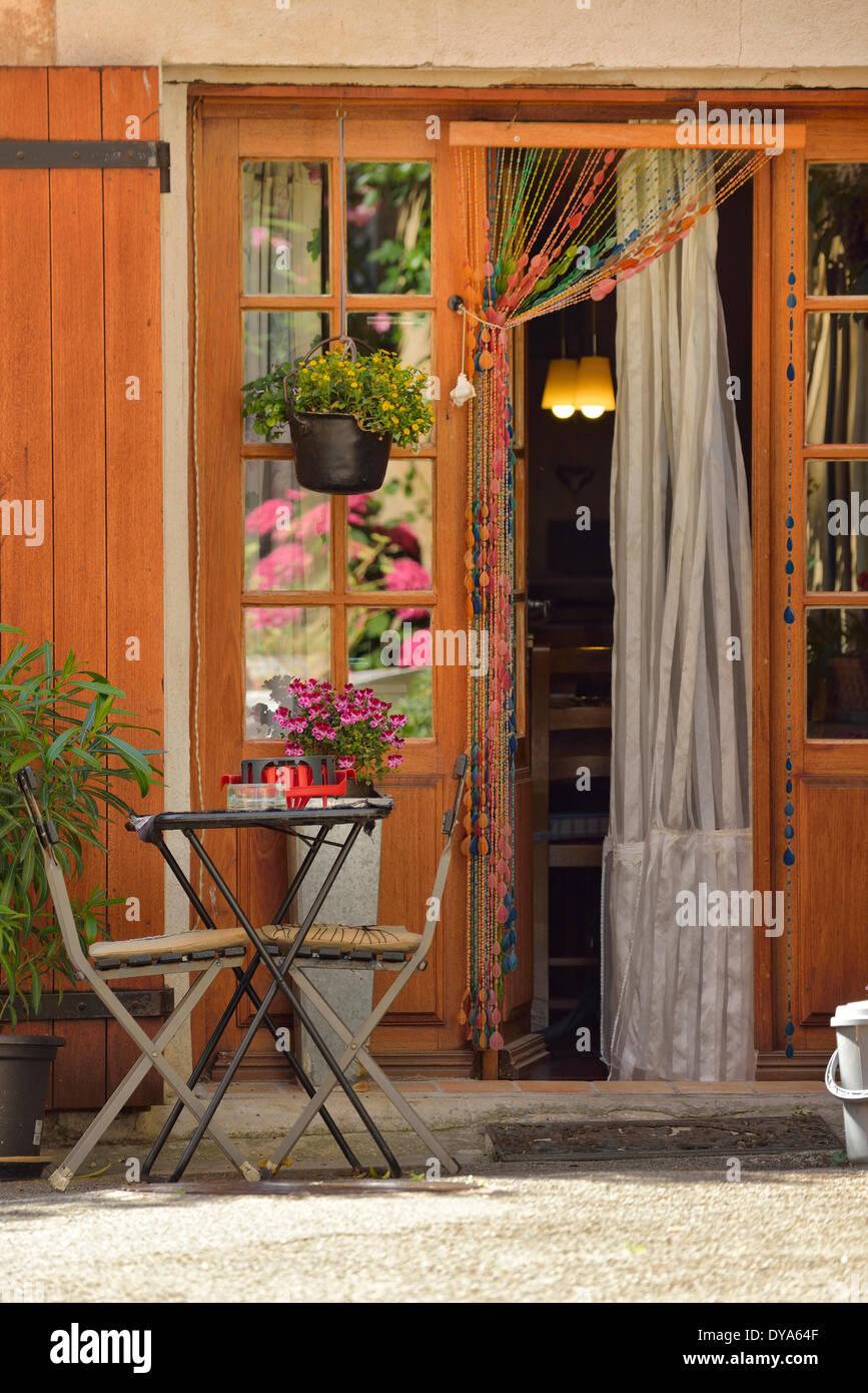 Europe, France, Provence, bistro, table, door, shop, entrance, resturant, Villars - Stock Image
