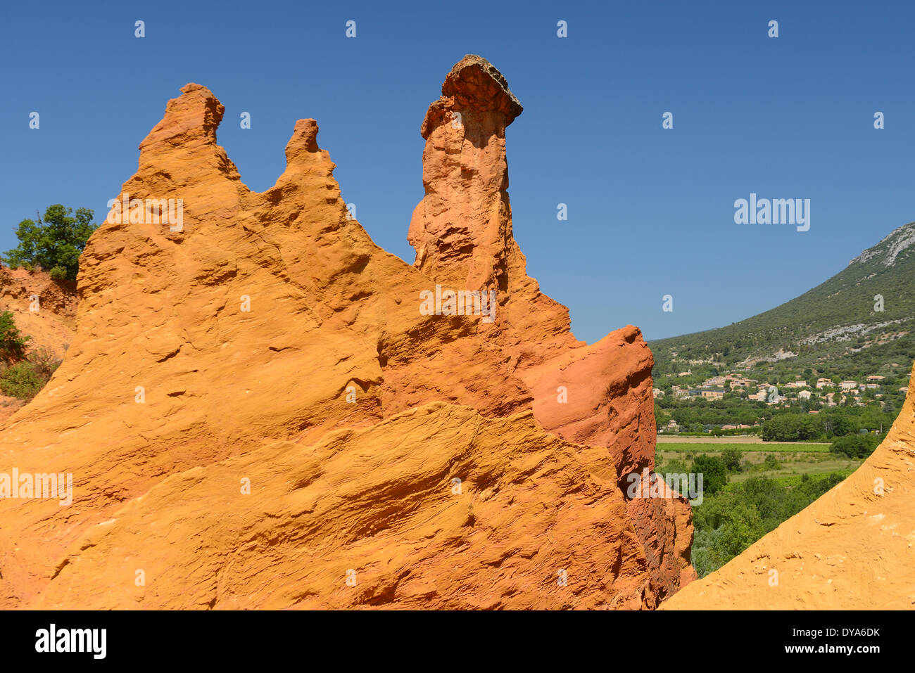 Europe, Roussillon, Vaucluse, Provence, France, ochre, rock, red, village, nature - Stock Image