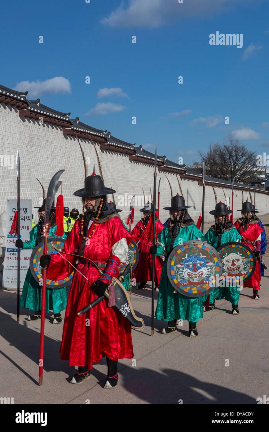 World Heritage Guardsmen no model release Gwangwha-mun Gyeongbog-Gung Korea Asia Parade Seoul city colourful flags gate guard - Stock Image