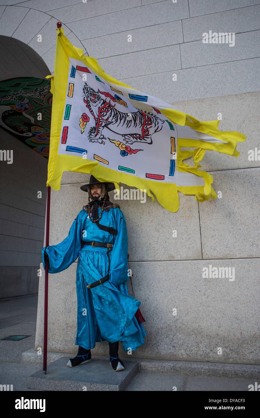 World Heritage Guardsmen no model release Gwangwha-mun Korea Asia Seoul city colourful flag gate guard Gyeongbog-Gung history - Stock Image
