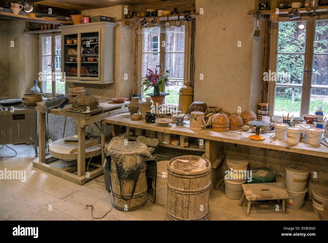 Historical pottery workshop, Open Air Museum Ballenberg, Bern, Switzerland. | Toepferwerkstatt, Freilichtmuseum Ballenberg, Bern - Stock Image