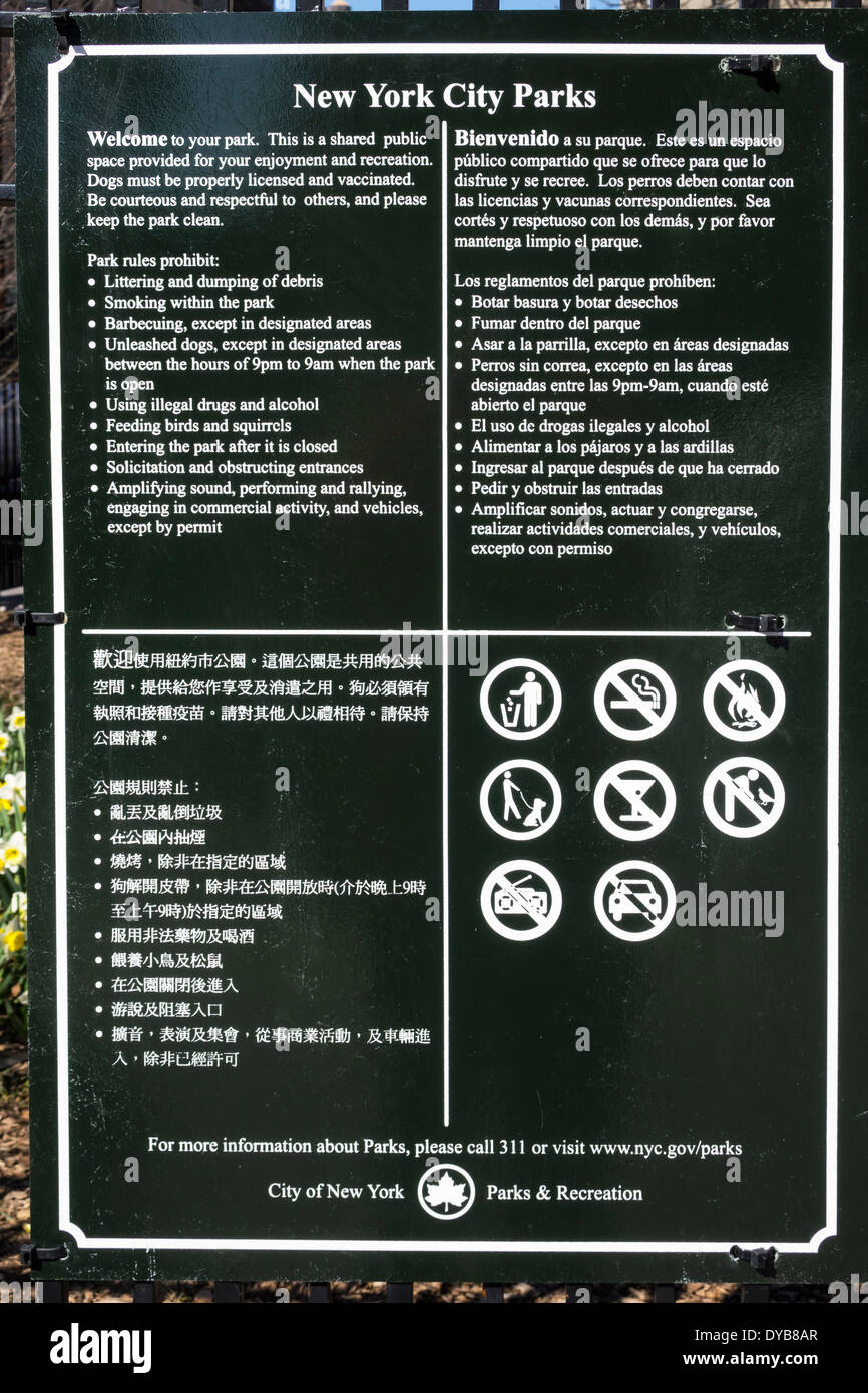 New York City parks rules posted in English, Spanish and Chinese - Stock Image