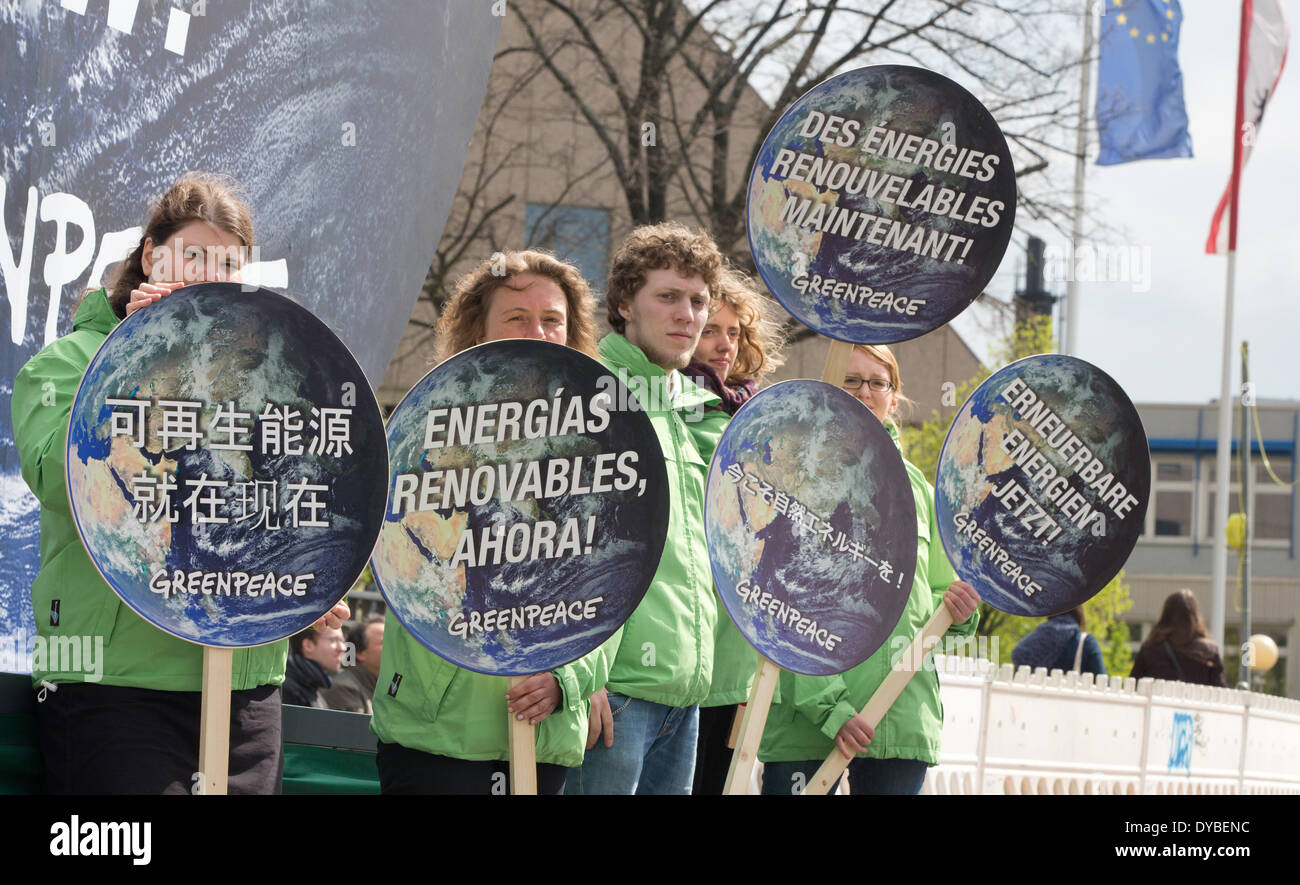 Berlin, Germany. 13th Apr, 2014. Greenpeace activists demonstrate while the new the new world climate report is Stock Photo