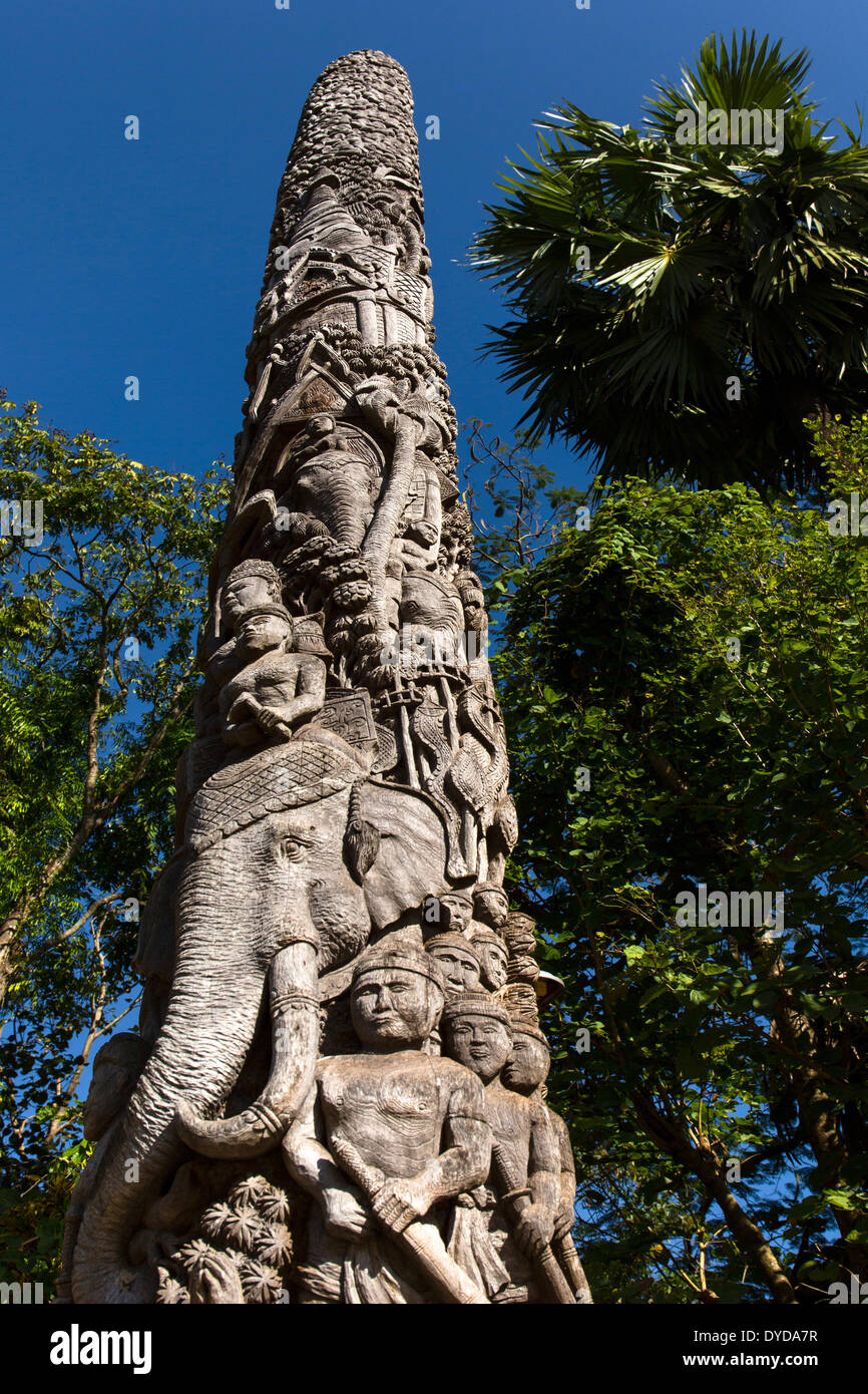 Decorative wooden pillar in the courtyard of Wat Doi Ngam Muang, carved teak totem, Chiang Rai, Chiang Rai province - Stock Image