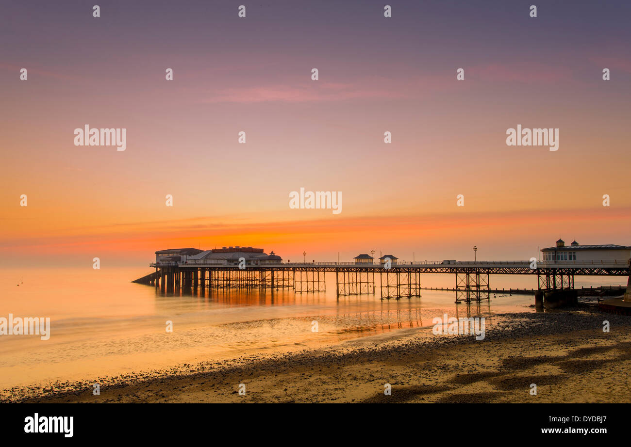 Cromer pier at sunrise. - Stock Image