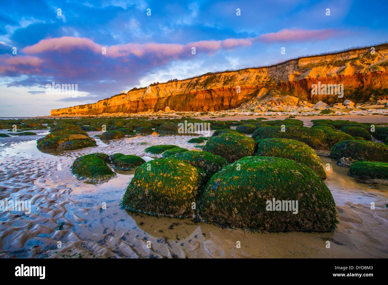 Hunstanton cliffs showing the layers of differnt rock. - Stock Image
