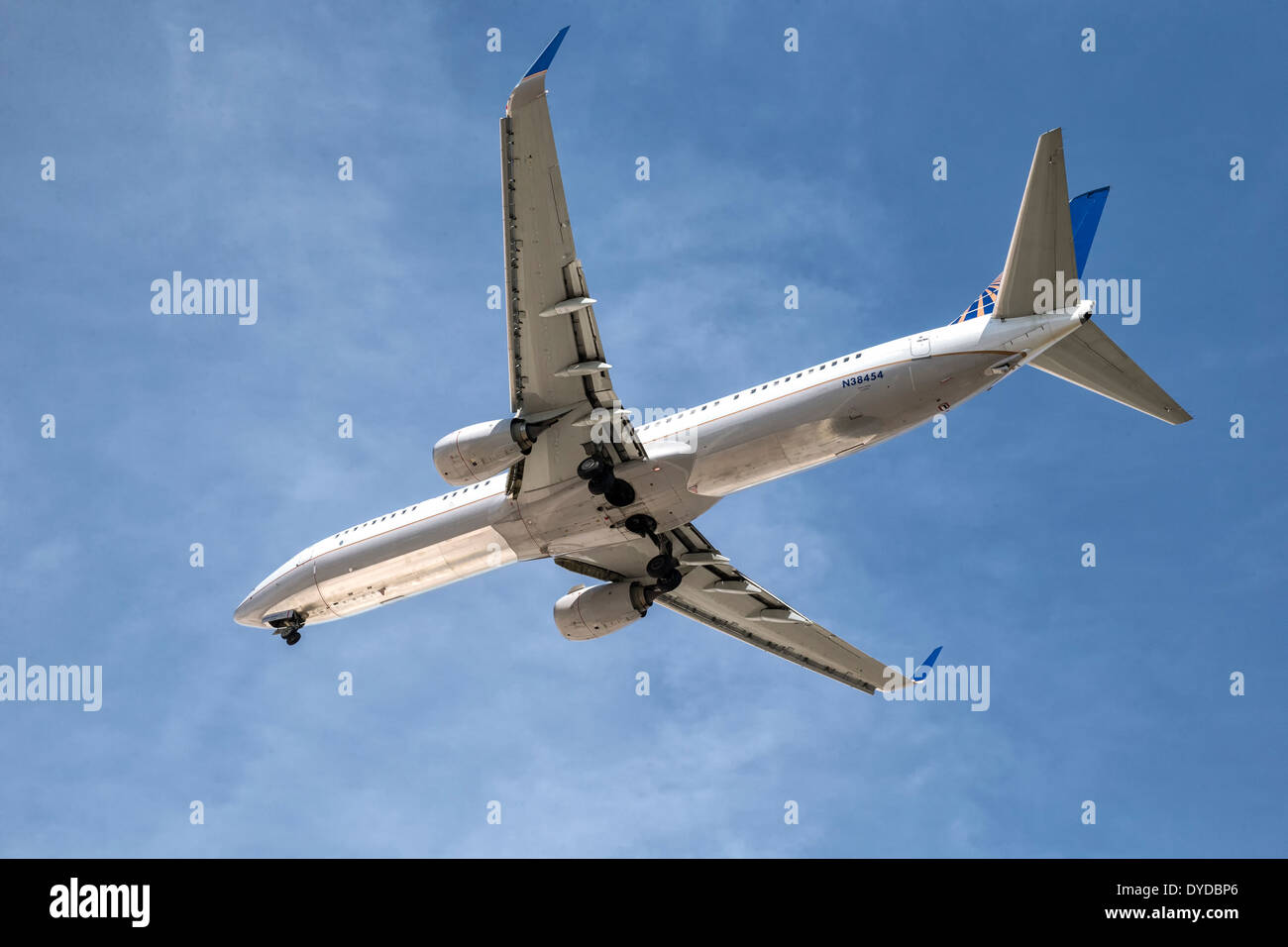 A Boeing B737 of United Airlines on final approach - Stock Image
