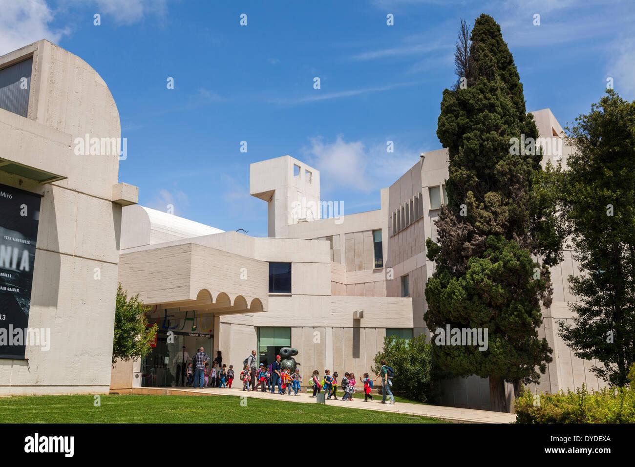 Young school children leaving the Fundacio Joan Miro Foundation in Barcelona. - Stock Image