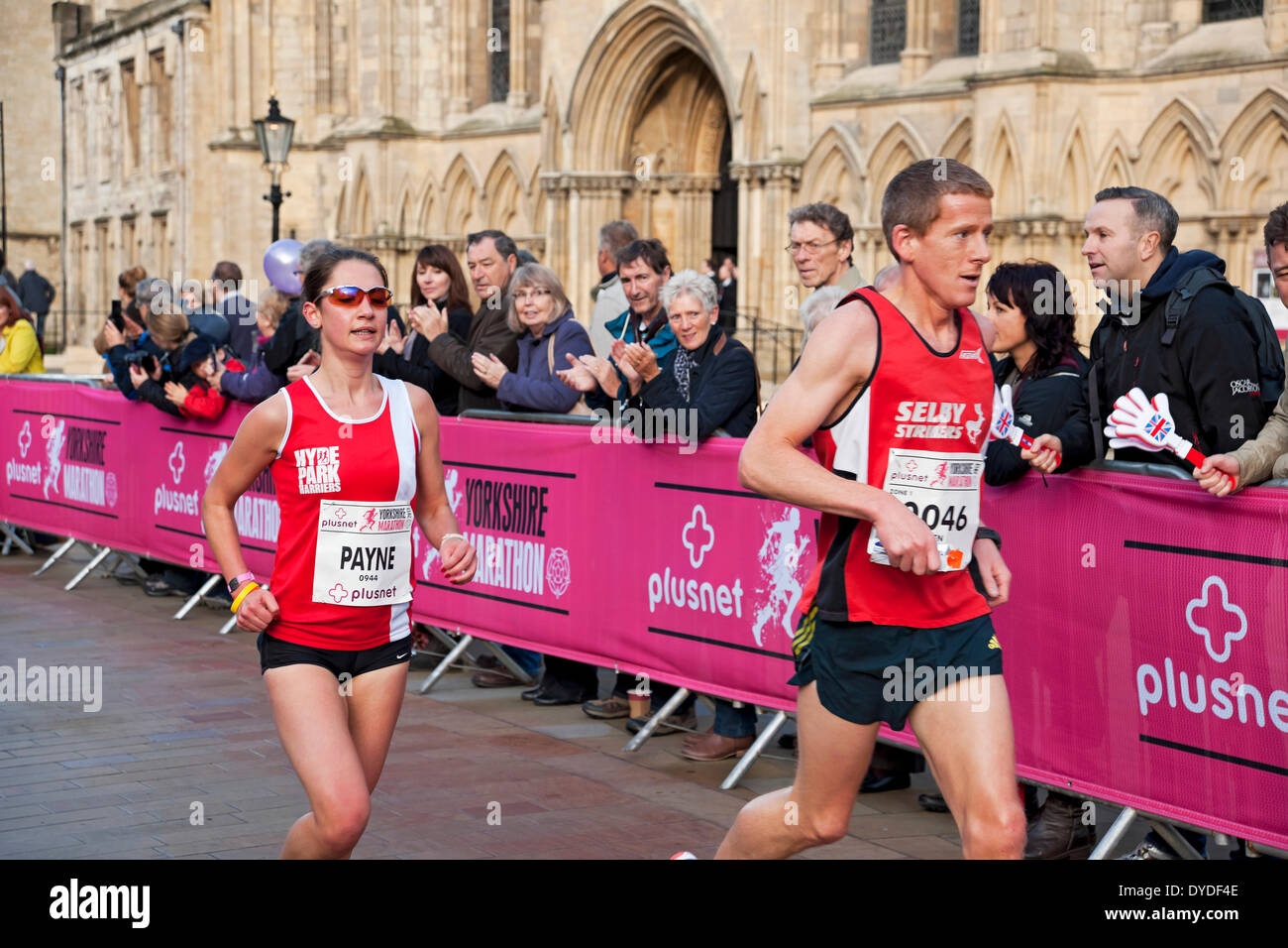 Spectators applaud athletes as they run past York Minster in the first Plusnet Yorkshire Marathon. - Stock Image