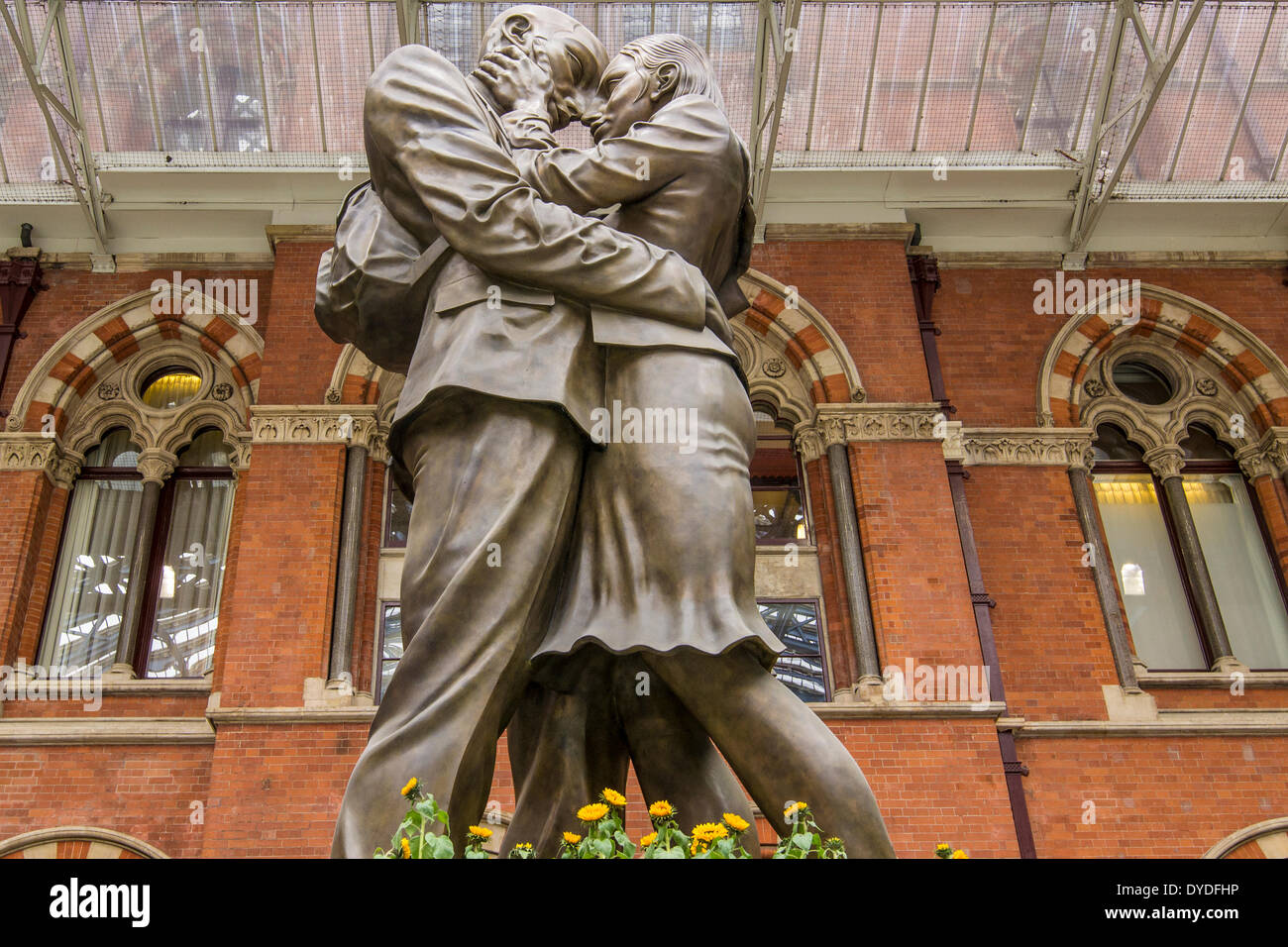 The Meeting Place sculpture in St Pancras station. - Stock Image
