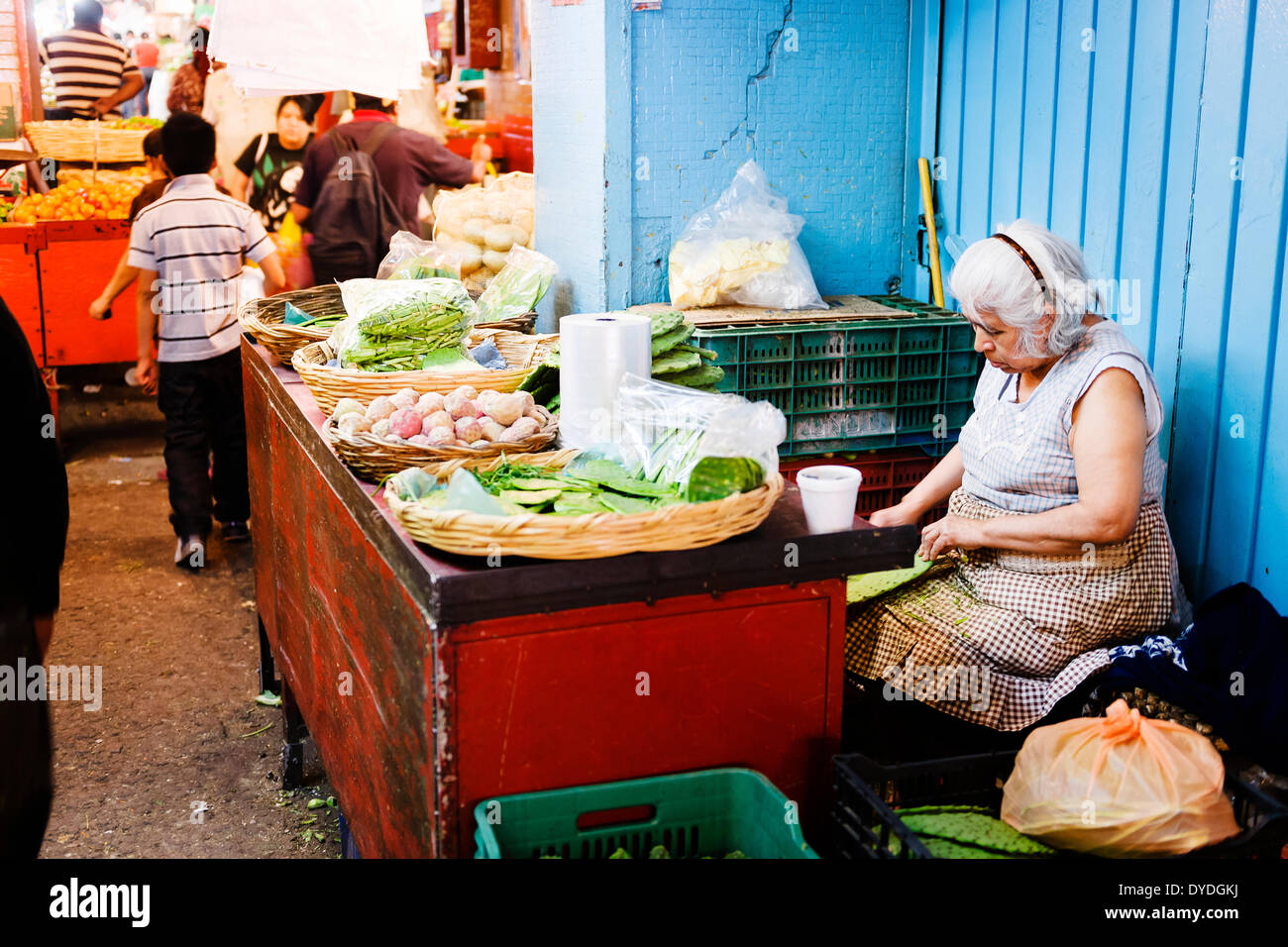 A vendor preparing cactus paddles at Mercado de la Merced in Mexico City. - Stock Image