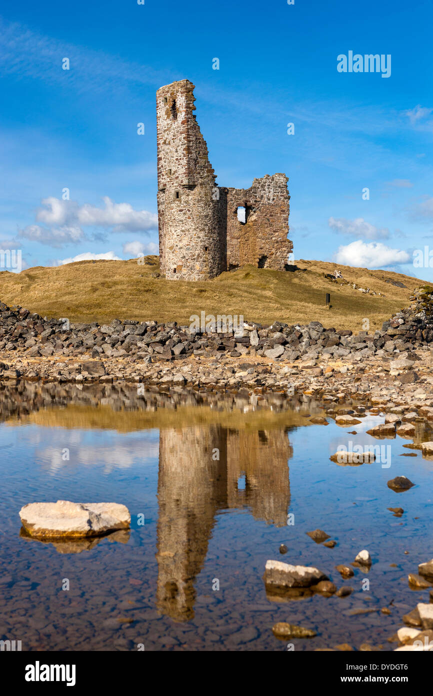 Ardvreck Castle which is a ruined 16th century castle on the shores of Loch Assynt. - Stock Image