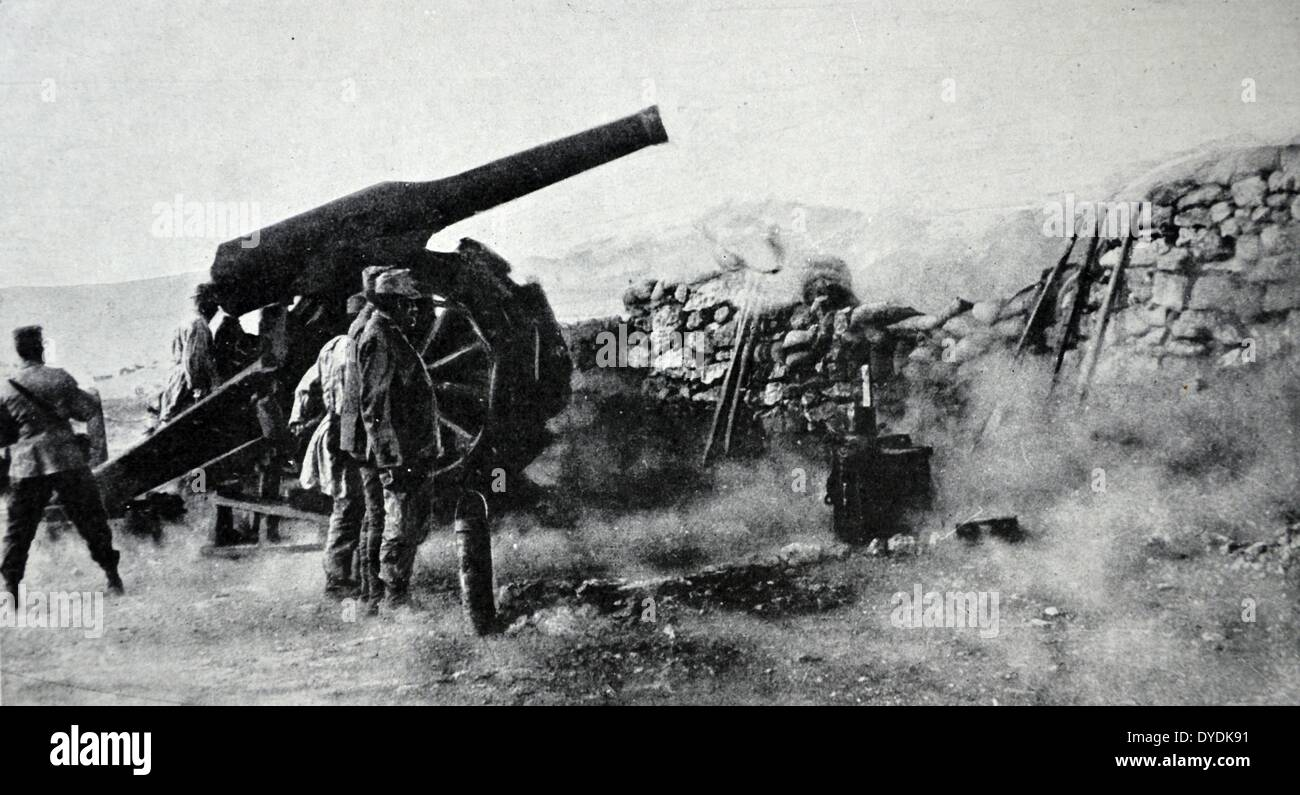 One of the big guns adapted by Italian artillerists for use in mountain warfare in action against the Austrians. 1915. - Stock Image