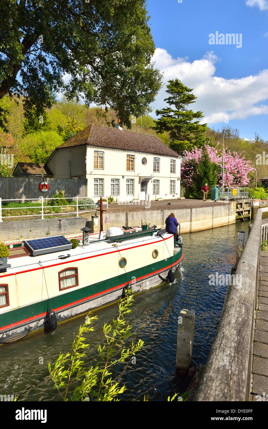 Barge entering Marsh Lock on the River Thames, Henley-on-Thames, Oxfordshire, England showing the lock keepers house Stock Photo