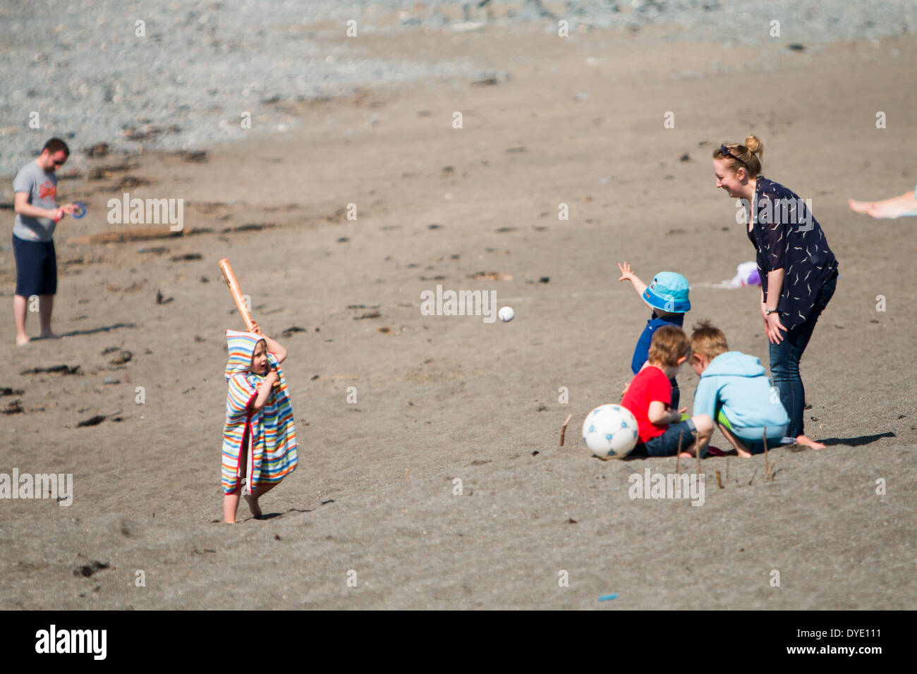 People head to the seaside to enjoy the sun during the Easter Holidays. - Stock Image