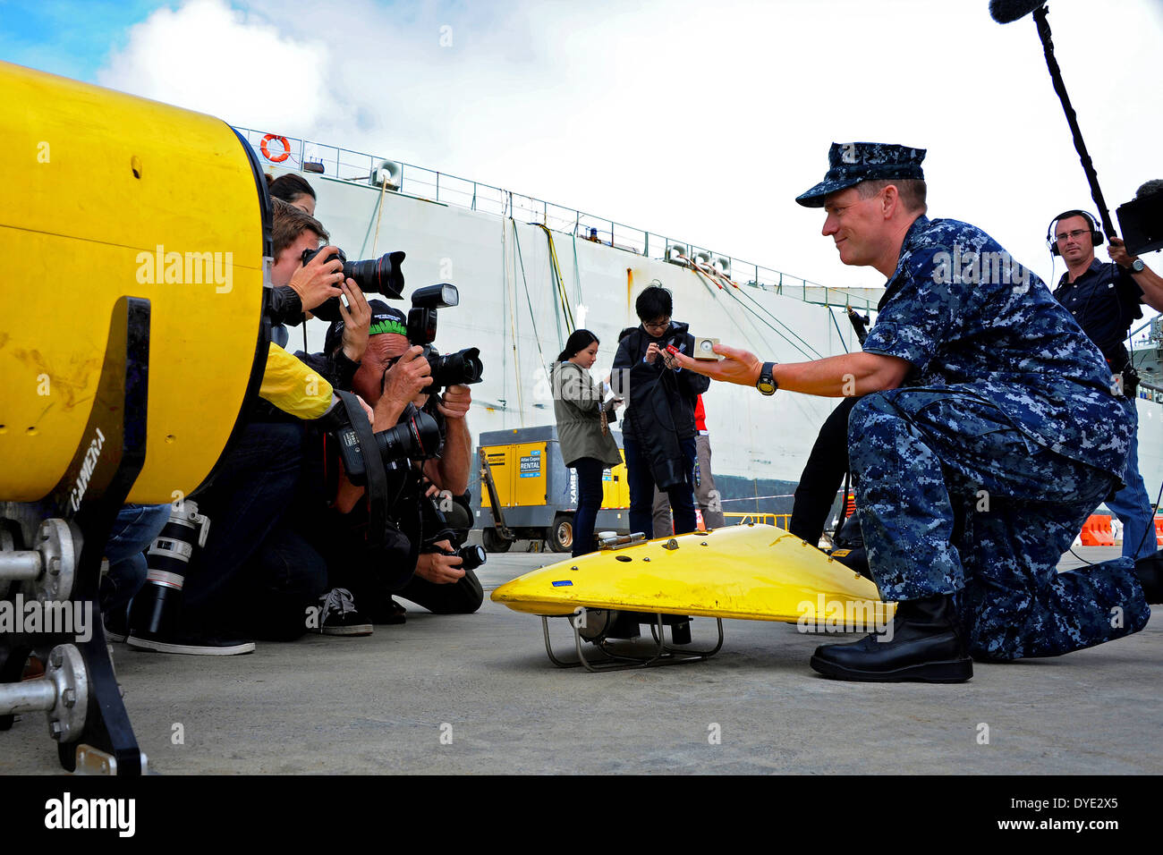 US Navy Capt. Mark Matthews, supervisor of salvage and diving, demonstrates to international media how the towed array listens for the signal emitted by a locator beacon like the one on Malaysia Airlines Flight MH370 March 30, 2014 in Perth, Australia. The US Navy is assisting in the search for the missing Malaysia Airlines Boeing 777. - Stock Image