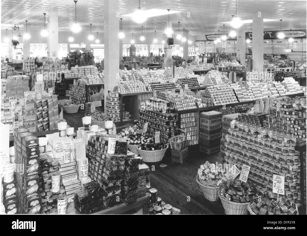 Photograph of a well stocked shop in the USA 1920s. - Stock Image