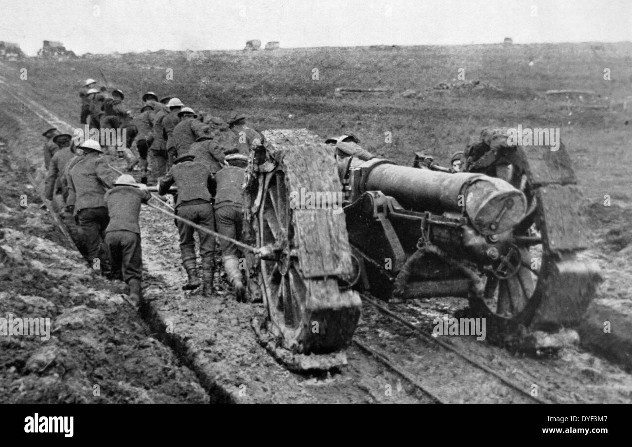 Photograph taken during the WWI showing British soldiers moving big guns. - Stock Image