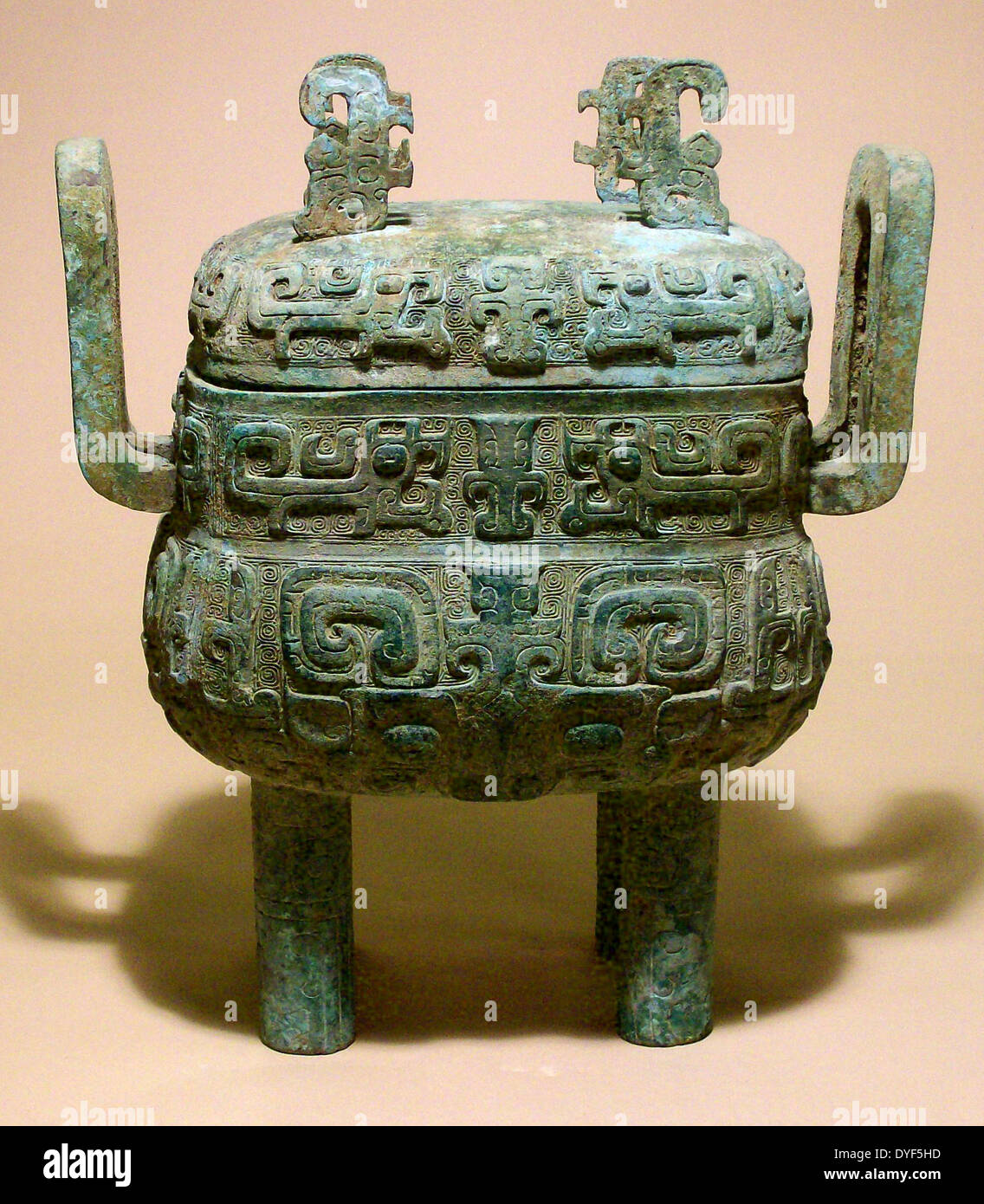 Ancient China: Cooking vessel with lid (Fang Ding), Shang Dynasty, 1600 - 1027 BC. Bronze. - Stock Image