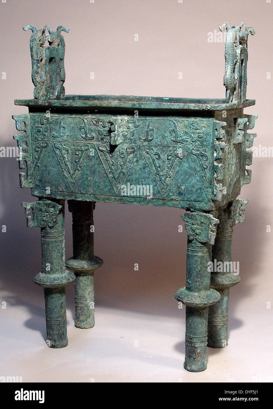 Ancient China: Food vessel  (Fang Ding),  Western Zhou Dynasty, 1027 - 771 BC. Bronze. - Stock Image