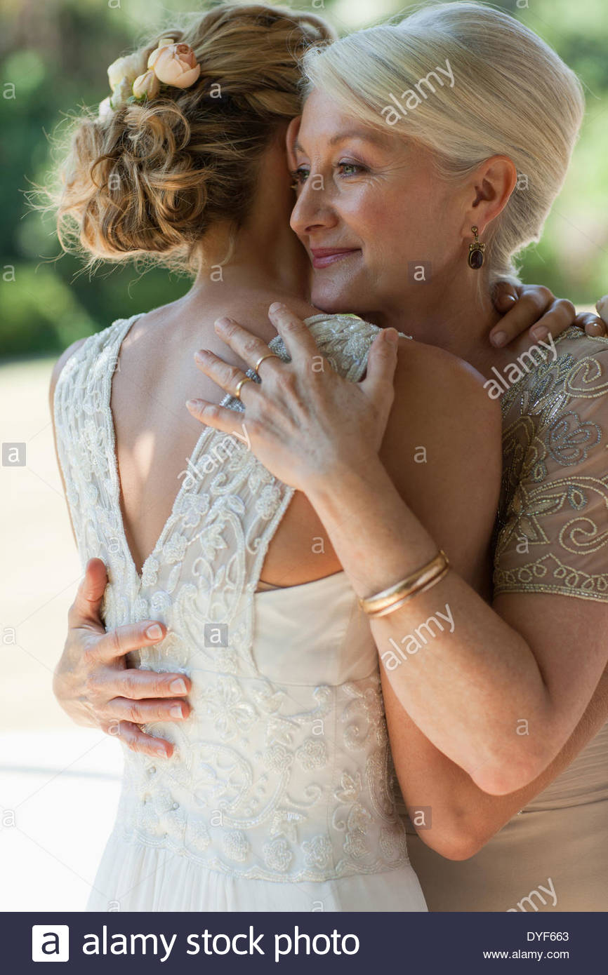Mother hugging bride - Stock Image