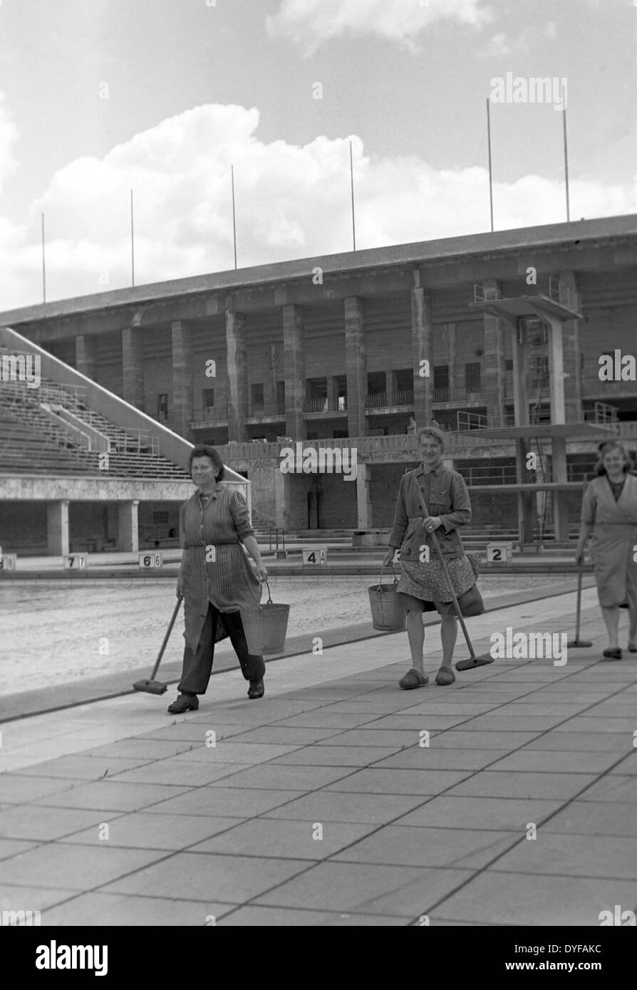 The Olympic Stadium is cleaned by a troop of cleaners in Berlin, Germany, 1949. Photo: zbarchiv - NO WIRE SERVICE - Stock Image