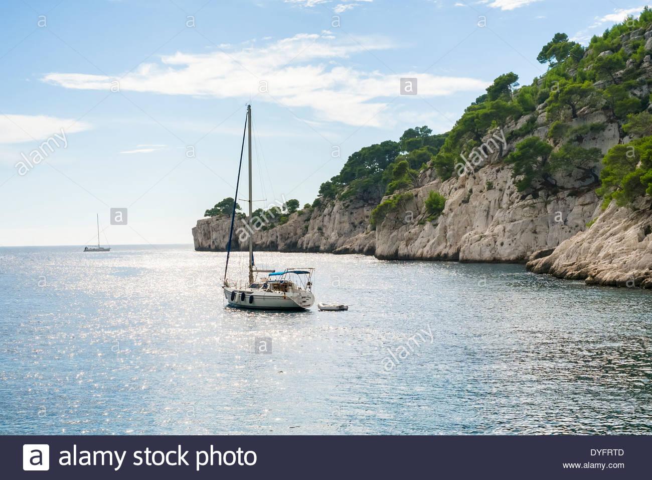 Sailboat anchored at Calanque de Port-Pin, Parc National des Calanques, Bouches-du-Rhône, Provence-Alpes-Côte d'Azur, France - Stock Image