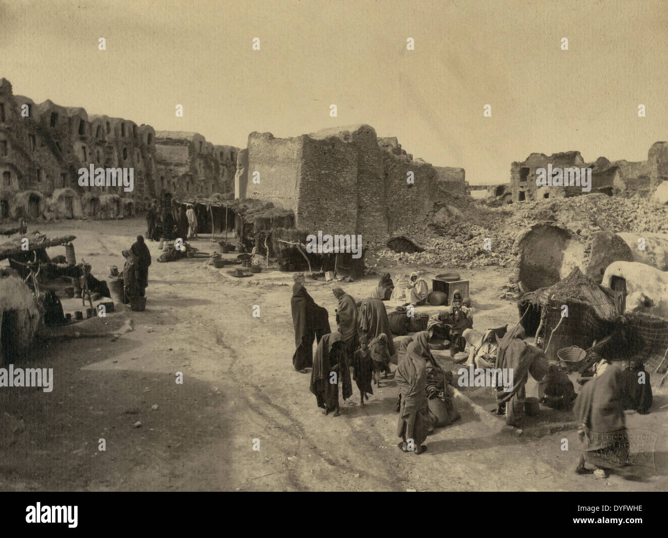 Le Marché de Médenine Street market, Madanīn, Tunisia 1900 - Stock Image